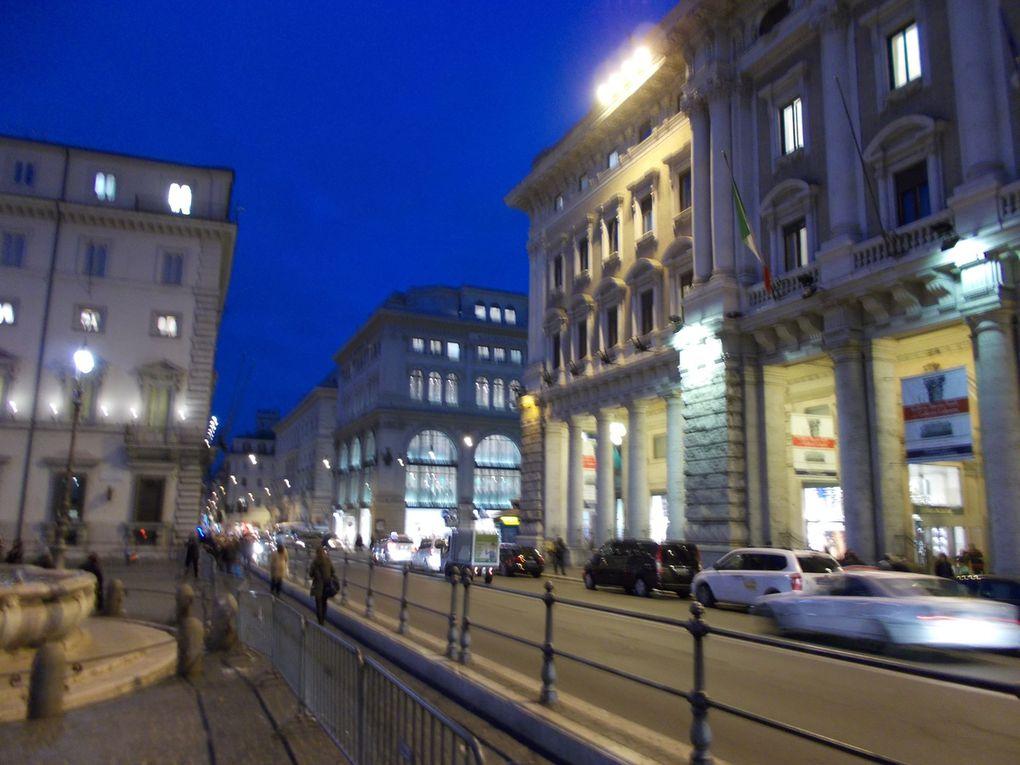 le palais d 'Emmanuel II, les étourneaux, les rues, la Colonne et la fontaine de Trévi archicomble