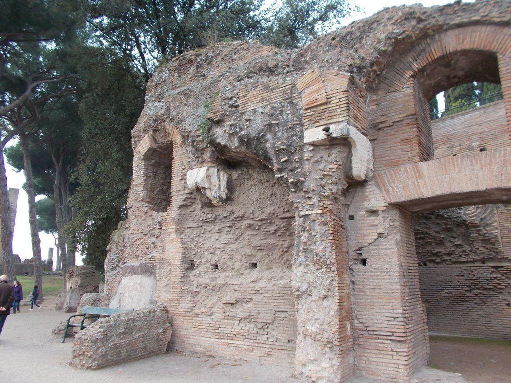 palatino suite et pyramide de Cestius....  https://fr.wikipedia.org/wiki/Pyramide_de_Cestius