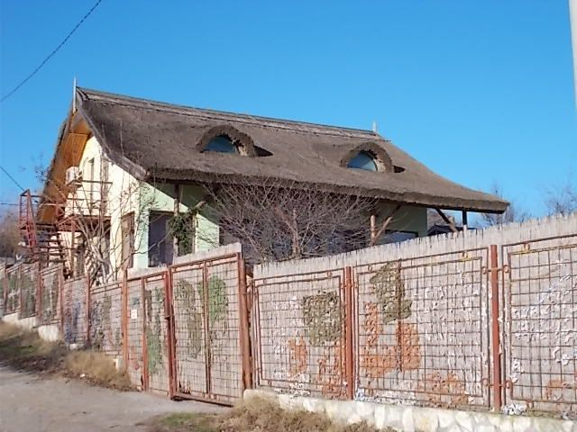 passage du Danube en bac à Braila, les bords du lac Razim, la mosquée de Babadag , maisons aux toits en roseaux.....