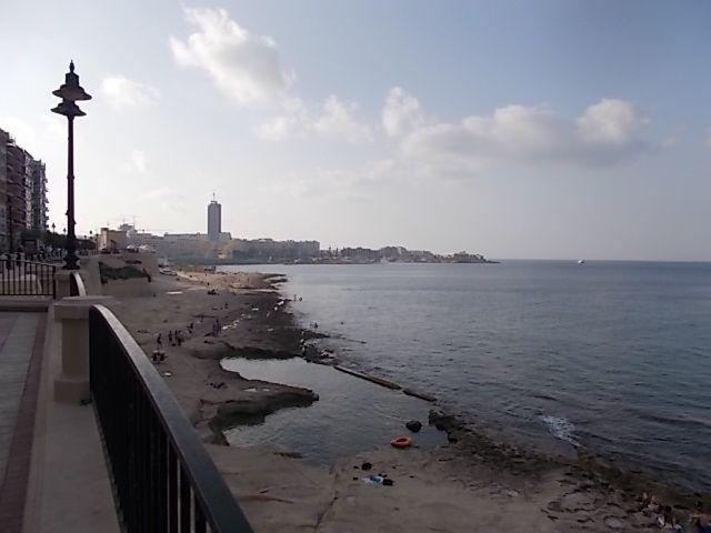 la baie de San Julian en allant vers la Valette, la capitale, Malte une femme est présidente,  c 'est la plus grande densité de population de l 'Europe, 450000 h pour 316 km²