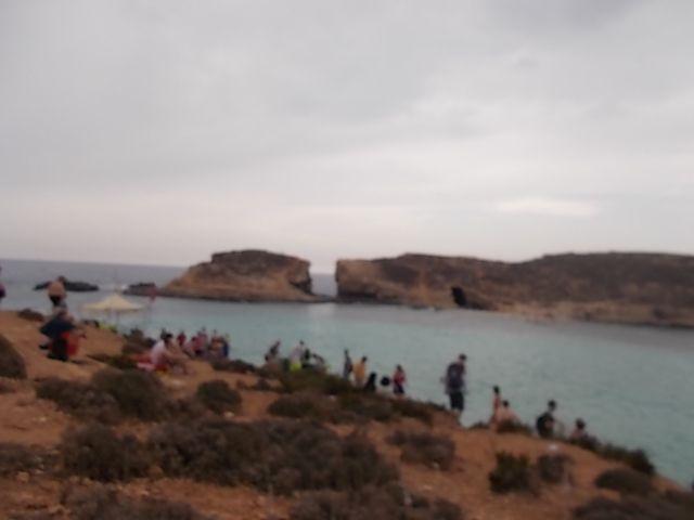 transfert en bateau de Sliema a Gozo , puis bus a Gozo et pedibus à Comino, les pierres de construction  en limestone, terme anglais pour le calcaire.