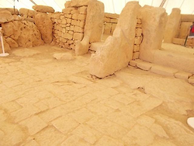les points et lignes sur certaines pierres qui pèsent parfois plus de 20 tonnes pourraient être des chiffres ou écritures....