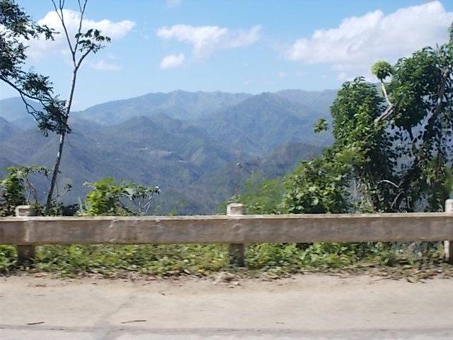 La region de Guantanamo, la mer les soldats, l  arrivee a Baracoa et premier resto.... batisse style colonial
