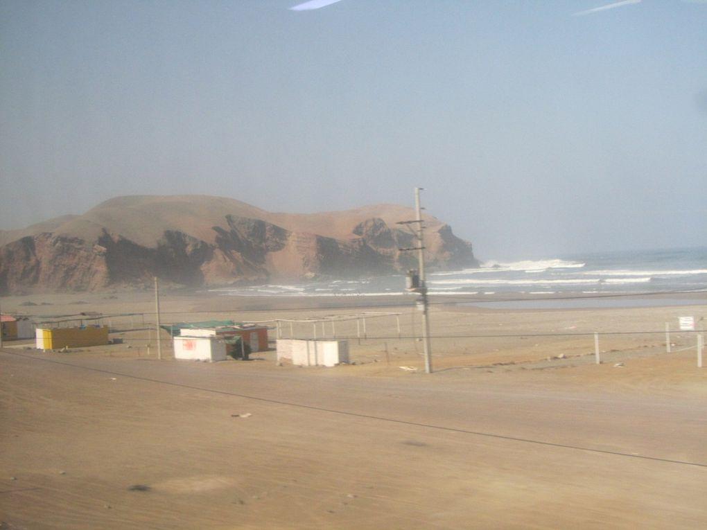 le bus de la compagnie Cruz del sur, prestation comme dans un avion voire mieux...et paysages de la route Lima Paracas, arrivée à Paracas