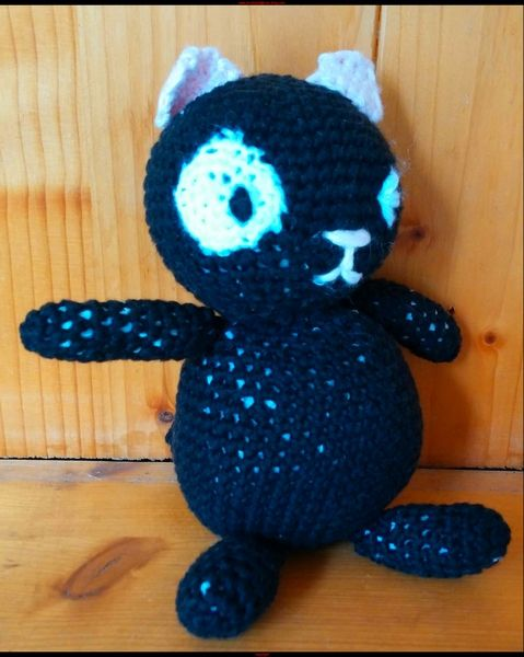 Chat noir au crochet