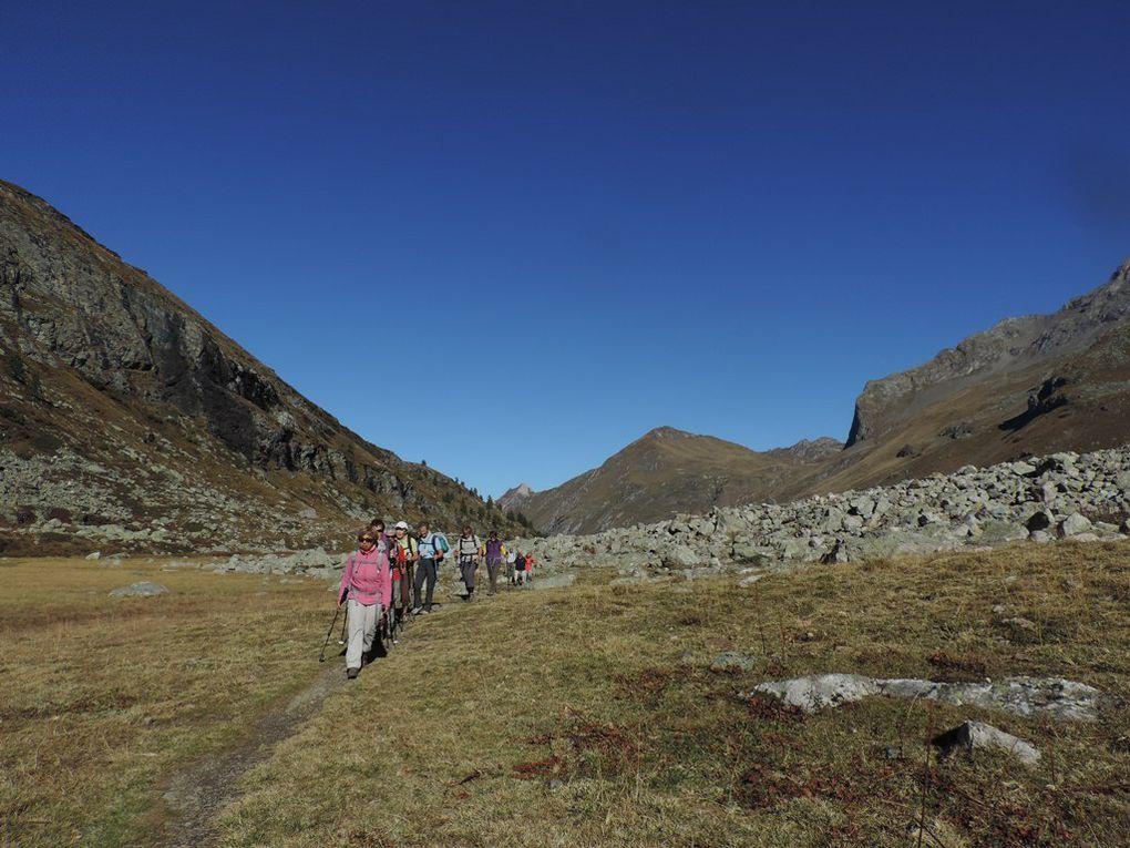 Les traits bleu, blanc, rouge sur un rocher nous indiquent que nous sommes dans la zone protégée du parc de la Vanoise.