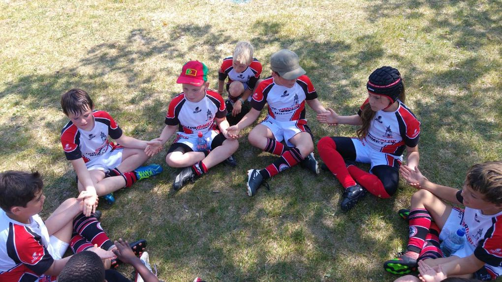 """Nos petits joueurs M10 en phase """"repos"""" à l'ombre pendant les poses entre les matchs ......"""