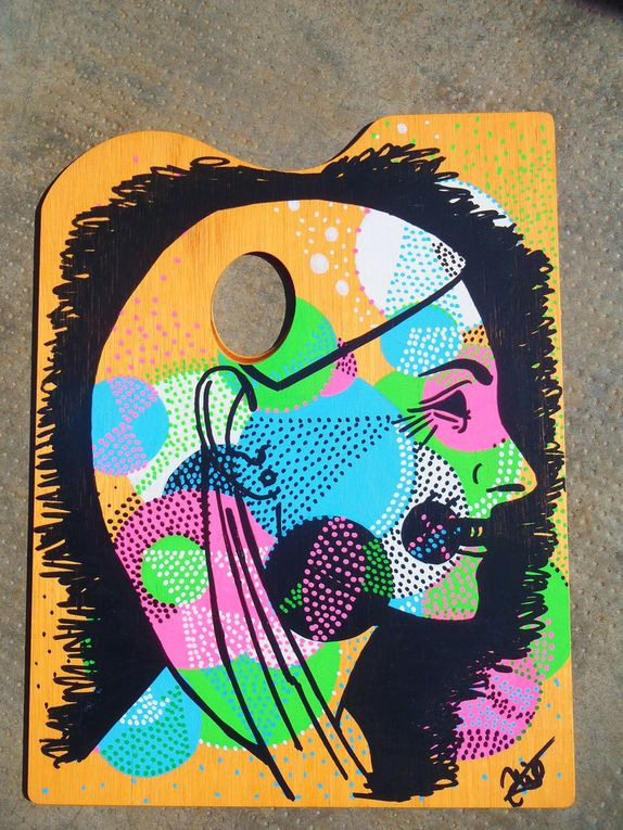 Painting pebble and self-portrait on a palette - Acrylic markers