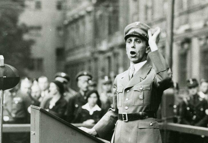 Pese a haber trabajado estrechamente con uno de los principales jerarcas nazis, Pomsel aseguraba en esa película que no tuvo constancia de los asesinatos masivos cometidos por el régimen.
