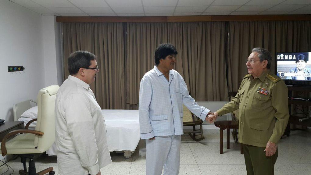 Raúl Castro visita a Evo Morales en el hospital de La Habana en el que se recupera