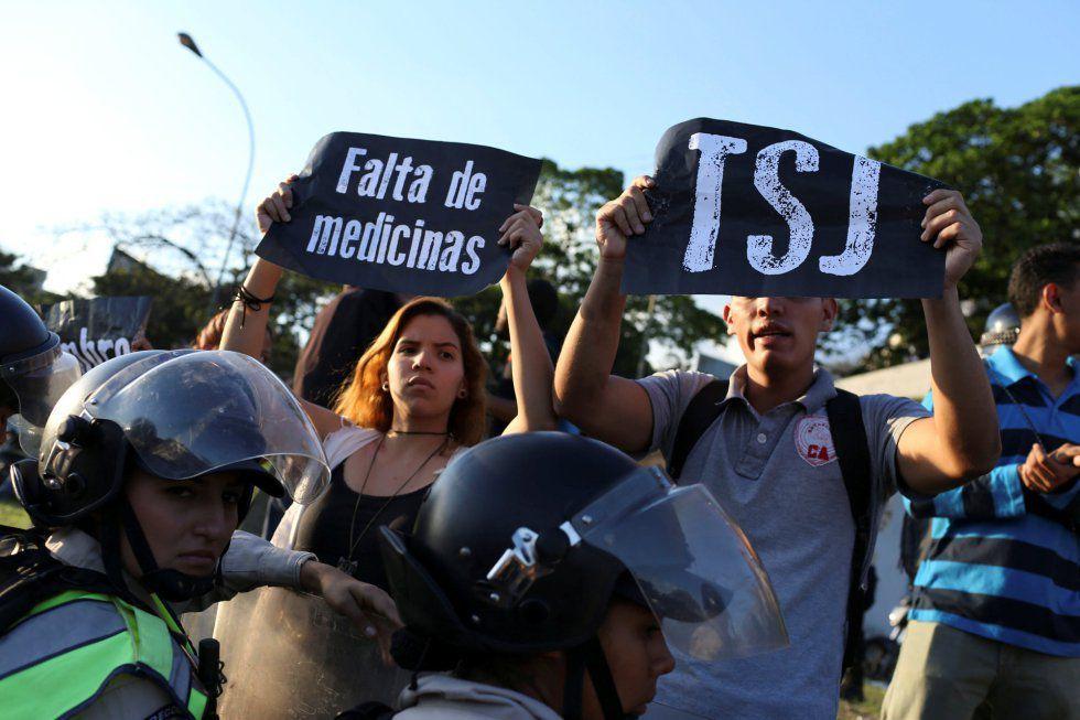 Decenas de dirigentes se han manifestado frente a la sede de Justicia por la decisión que despoja de competencias a la Asamblea Nacional