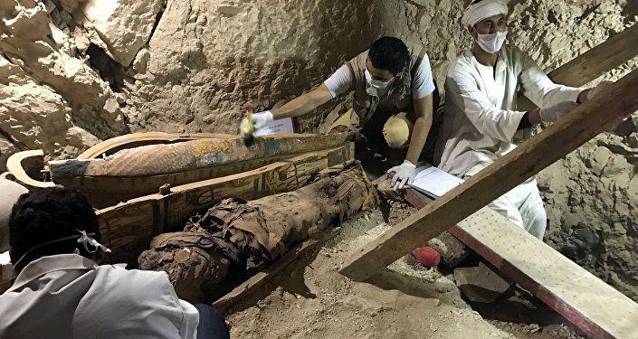 Descubren ocho momias intactas en una tumba faraónica