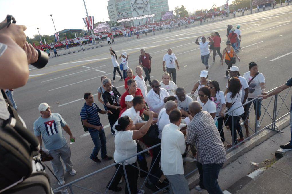 Opositor cubano enarbola una bandera de EEUU durante la marcha por el primero de Mayo y fue arrestado violentamente