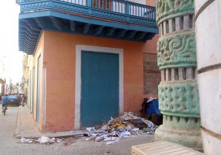 Ni siquiera las zonas turísticas de La Habana escapan a la mugre que, con los años, ha tornado en una marca de identidad