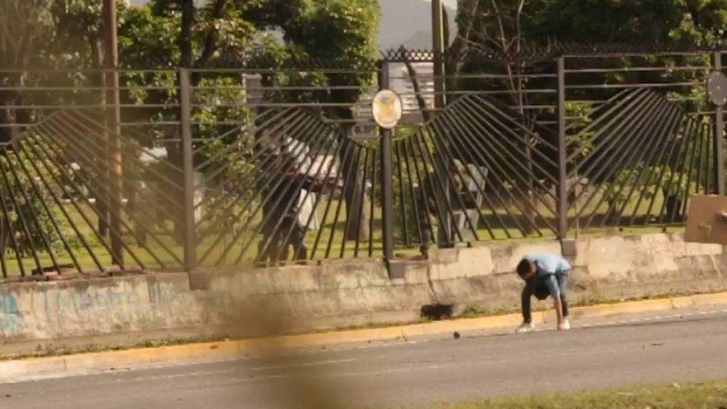 Un agente de la Guardia Nacional Bolivariana disparó al menos dos veces a quemarropa contra el joven de 22 años con un fusil empleado para lanzar perdigones. Ya suman 92 las víctimas de la brutal represión del régimen de Maduro