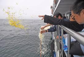 Amigos del ganador del premio Nobel de la Paz indicaron que el gobierno temía que la gente acuda a conmemorar su tumba, por lo que decidió dejar sus restos en el océano. Críticas a la actitud del hermano del disidente