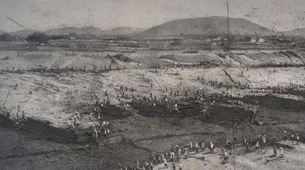 - Great Leap Porward - 2007  -  des laboureurs travaillant à la construction du Grand Canal de 1958 à 1960 . Ces travaux initiés par Mao Zedong occasionneront l'une des plus grande famine du siècle.
