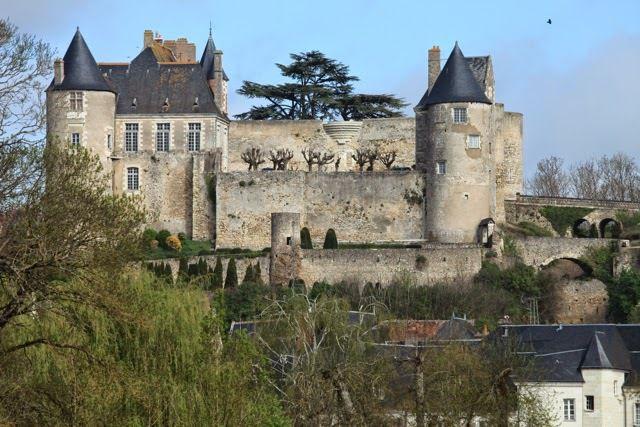 Alors que les normes de sécurité sont de plus en plus strictes pour recevoir du public, le château de Luynes aurait besoin d'importants travaux.  « Il n'y a pas d'accès pour les personnes handicapées et cela ne serait de toute façon pas possible à mettre en place », regrette le duc Philippe d'Albert de Luynes, le propriétaire qui rappelle que la forteresse, construite au XIIème siècle, est inscrite au Patrimoine Mondial de l'UNESCO. Un propriétaire qui a finalement décidé de ne plus ouvrir le château au public. Le coût de la mise aux normes serait, en effet, supérieur aux recettes, alors que la saison précédente est déficitaire.  Propriété de la famille de Luynes depuis 1619, le parc, la chapelle Notre-Dame-de-Maillé et le château resteront en la possession du duc.  « Le château sera pour mon fils. Il restera dans la famille j'espère le plus longtemps possible », conclut le duc.