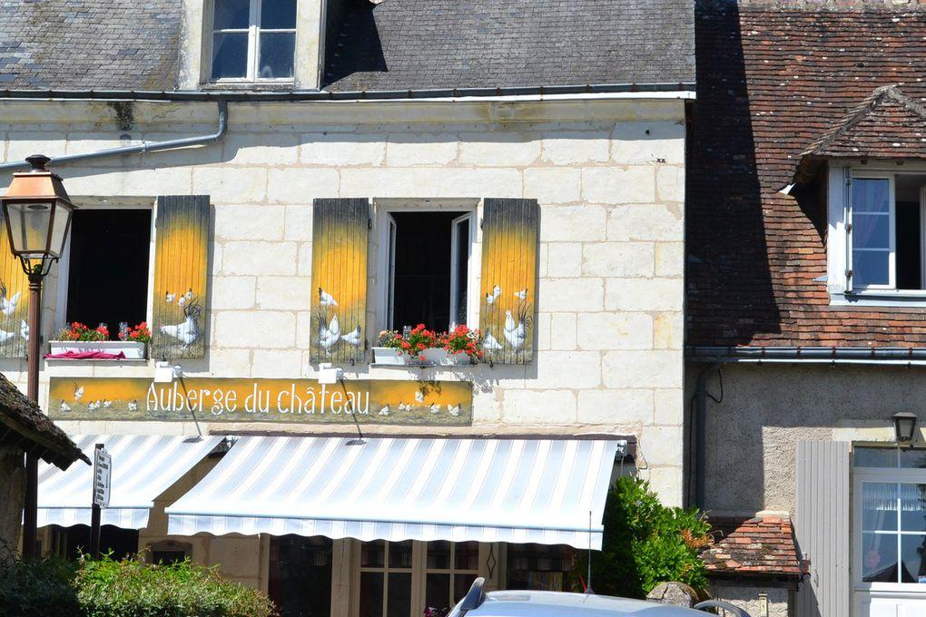 le village troglodyte de TROO -  et en plus il faisait vraiment TROP chaud !                             rôo est l'un des villages les plus jolis et insolites de France. Son site et son agencement très particuliers : des terrasses étagées, des grottes, des sentiers charmants, des escaliers partout. Pas vraiment de rues, pas de centre, c'est le mystère qui donne envie de partir à sa découverte. D'abord son nom : on en trouve la première mention au XIème siècle. L'interprétation la plus courante est trou, allusion aux cavernes qui creusent la colline. Trôo serait l'orthographe anglaise (trôo a été occupé par les Anglais du temps des Plantagenêts) ou angevine ancienne. De nombreux vestiges prouvent son ancienneté et son histoire très riche, les habitations troglodytiques donnent une idée de l'habitat ancien et le réseau souterrain de caves et galeries rappelle que des périodes mouventées de notre histoire ont amené les gens à s'y réfugier et à creuser de plus en plus loin.