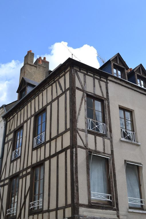 """vous retrouverez les photos des vues de la mairie, de la statut du cheval que l'on voit dans la série """"Père et Maire"""", puisqu'elle a été en partie tournée à Vendôme"""