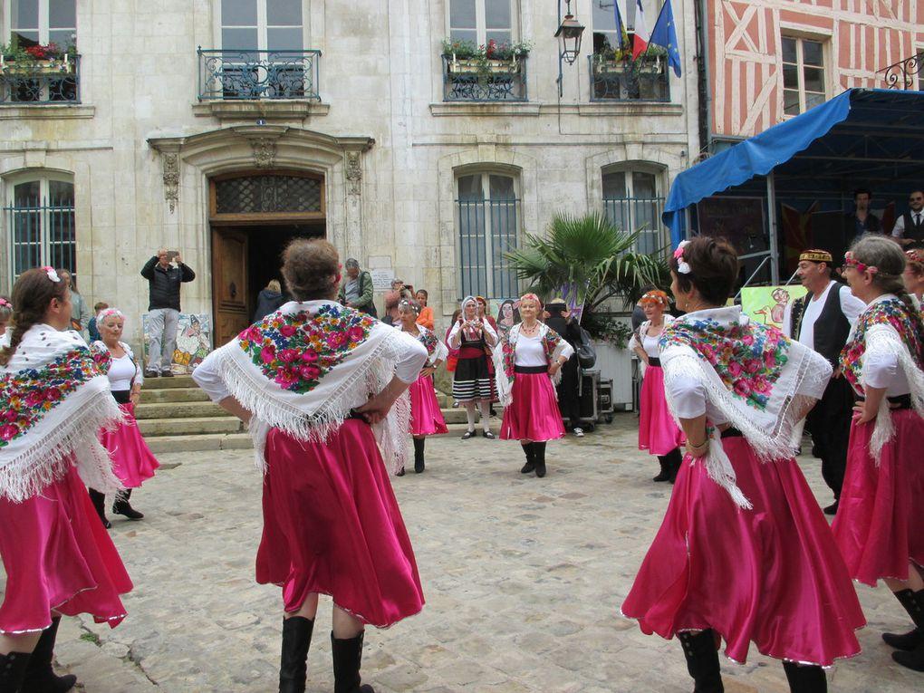 .Dans le centre ville d'Auxerre, des danses des Balkans. de la musique slave..... Les enfants ont regardé avec curiosité le chameau et le lama. Mon petit stand a attiré le regard.....