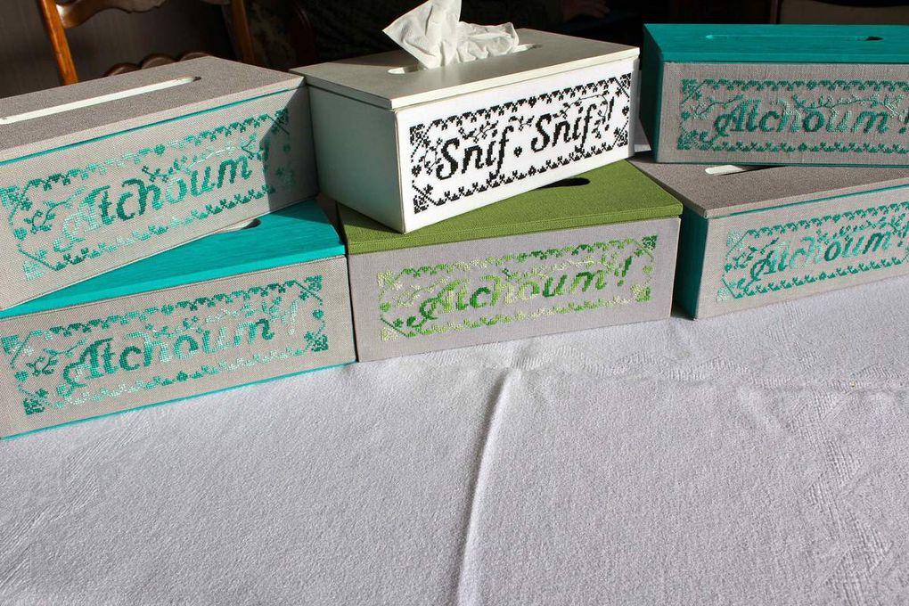 Suzanne, bien prévoyante en ce début d'hiver, a brodé les boites vertes et moi je les ai habillé. Merci mon Amie.