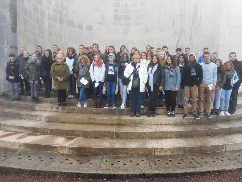 Mireille LEGRAND (à gauche, manteau vert) accompagnée des 50 jeunes Axonais  (photo D.R. Aisne-Info)