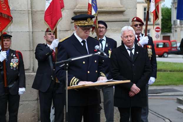 Les Porte-Drapeaux UNADIF-FNDIR et SMLH, le Préfet Philippe Mahé et Jean-Pierre Pesson