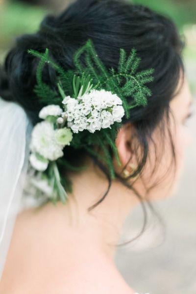Mettez du vert et du blanc dans votre coiffure de mariage