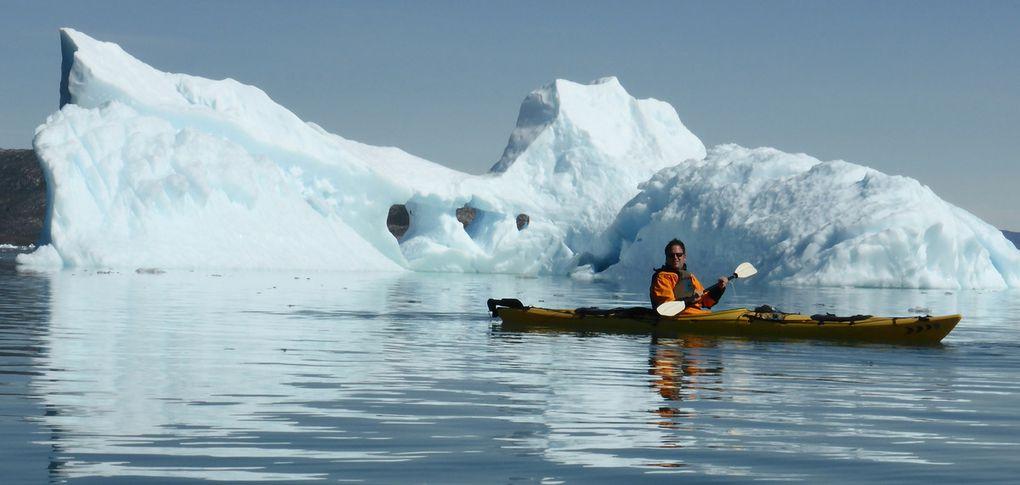 Kajaken zwischen Eisbergen in Ataa