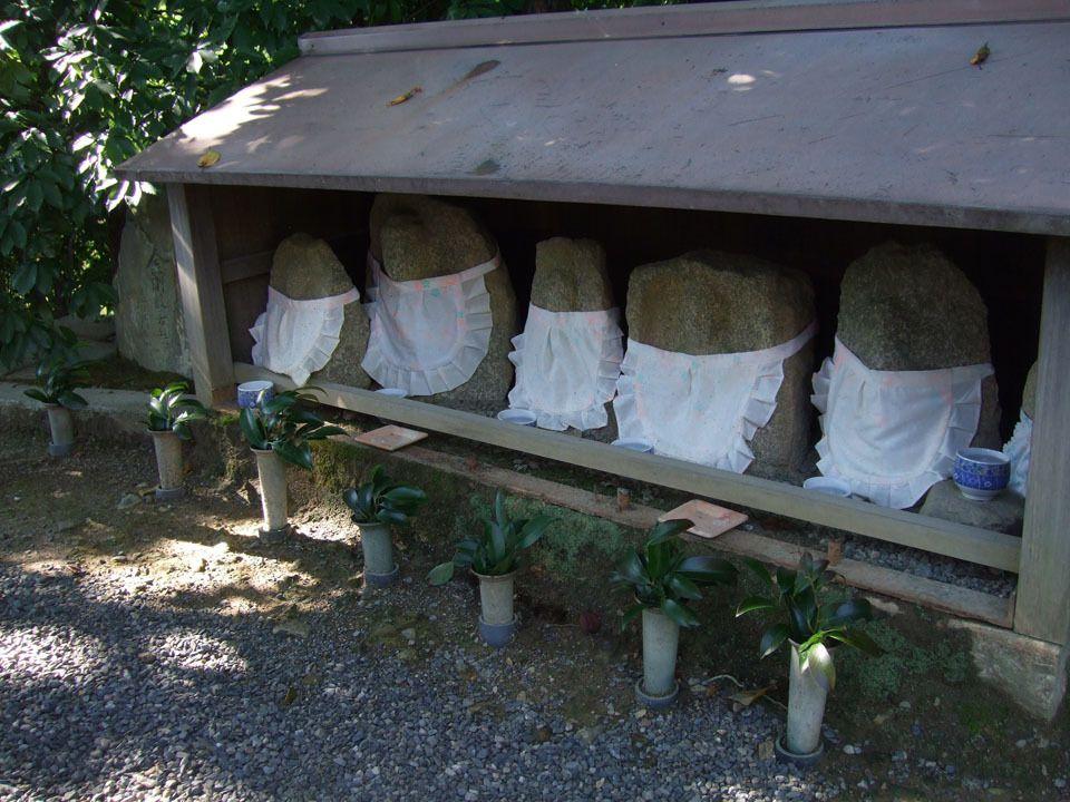 """Faites défiler les photos. Bien sûr, il n'y a pas que le jardin zen au Ryoan-ji. En général, les temples se trouvent au milieu de grands jardins à l'ambiance forestière. On trouve ici des nénuphars, des rochers avec un bavoir (même si je ne peux pas expliquer pourquoi, c'est tout à fait normal. Peut-être quelque chose pour que les personnages représentés ne se salissent pas en mangeant les offrandes ?), des torii (les """"portails"""", si vous voulez), une fontaine en bambou..."""
