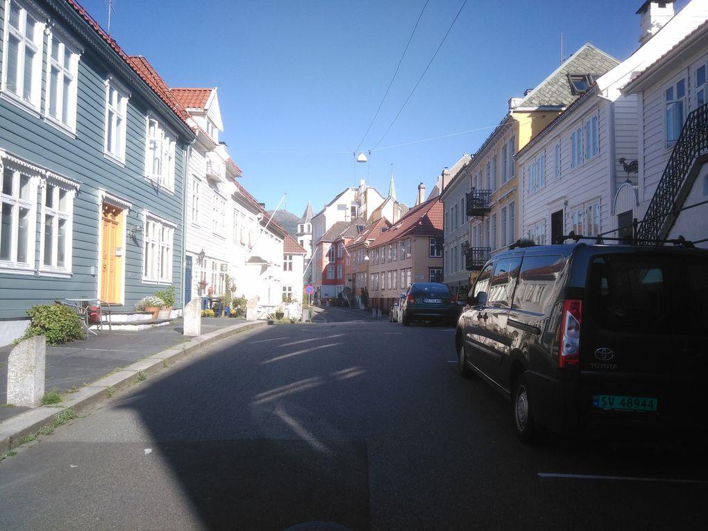 Balade dans de petites rues pittoresques (faites défiler les photos), en marchant un peu au hasard mais finissant toujours par retomber sur mes pas (le centre-ville n'est pas très très grand). Vous vous souvenez de ce que j'avais dit par rapport aux couleurs des maisons et la richesse des propriétaires ? On a de bons exemples ici (avec même une maison bleue !).