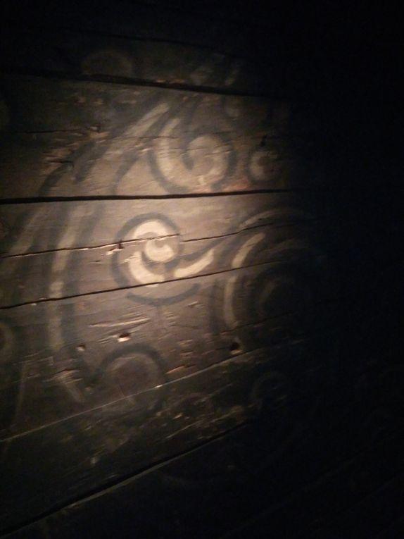 (Faites défiler) Exemples de peintures murales qu'on a pu trouver à l'époque... et de celles qu'on voit toujours sur les murs et portes.
