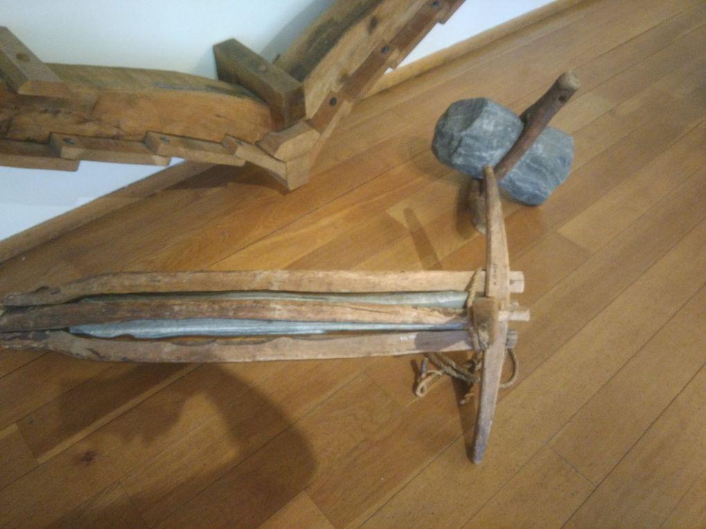 (Faites défiler) Ici, pêle-mêle, des poteries attestant des échanges internationaux par bateau, des dragons qui ornaient habituellement les navires vikings, quelques objets par-ci par-là, une maquette de bateau hanséatique (environ 24 mètres de long, échelle 1:36), des meules en pierre, des ancres en pierre (en utilisation depuis le moyen âge jusqu'à... nos jours), et une reconstitution d'une tranche de bateau.