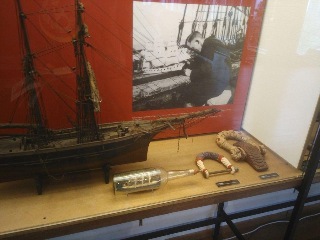 (Faites défiler) Maquette représentant l'entretien d'un bateau, quelques modèles réduits de navires, de grosses poulies, du matériel de bord (dont un kit médical) ou ramené de voyage...