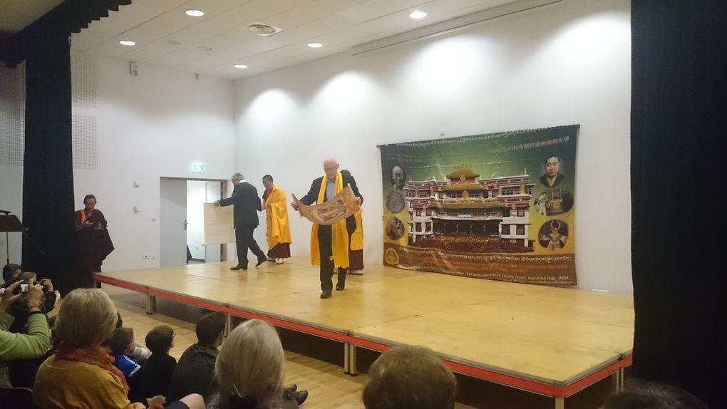 L'arrivée  des moines  à la belle salle de la Tour d'Auvergne,  les spectateurs,  les chants et danses  traditionnels, les photos des moines avec les enfants, le repas partagé d'après le spectacle