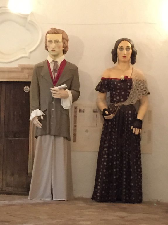 Statues ou poupées géantes