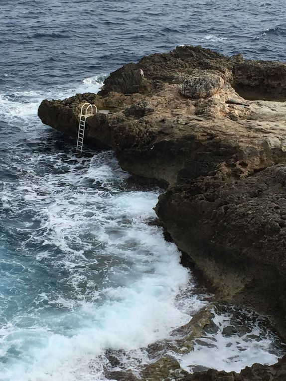 Une piscine naturelle entre les rochers