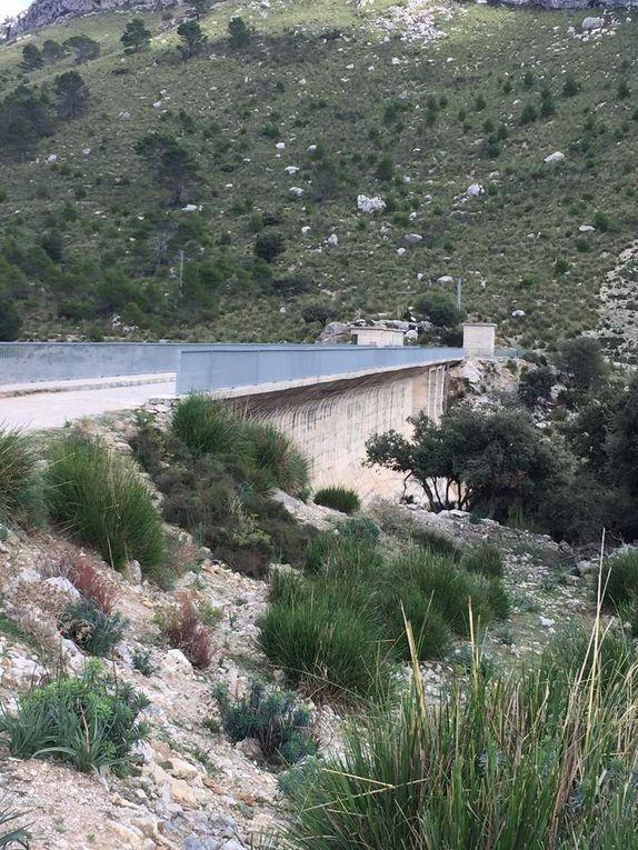 Le lac et le barrage de Cúber
