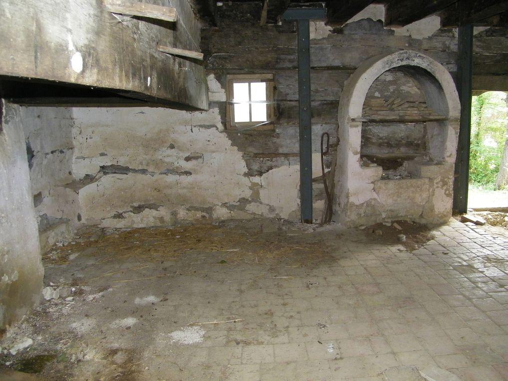 Quelques vues de la pièce à vivre avec son immense cheminée et son âtre qui est un espace de 10 m², assez vaste pour recevoir le foyer et les deux cantous pour que puisse s'y loger toute la famille pour s'y réchauffer. (Ph. B.S.)