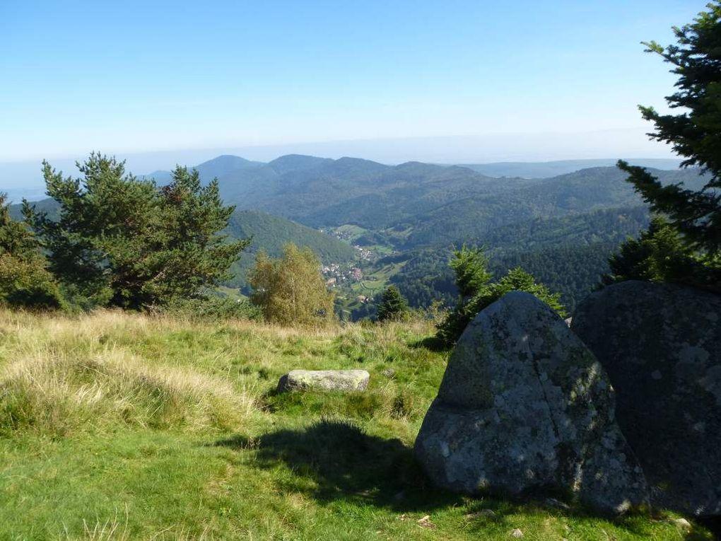 Panorama sur la vallée de Wasserbourg, Colmar, la Forêt-Noire et les Alpes suisses.