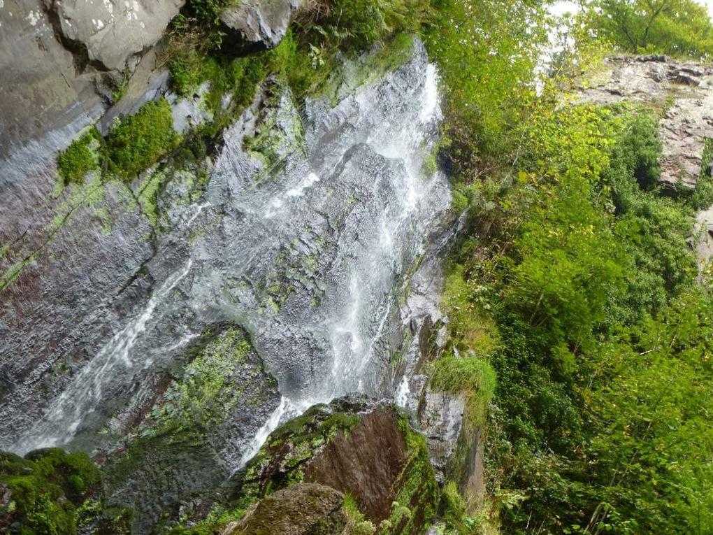 Diaporama : la cascade du Nideck et ses falaises de porphyre rouge (alt. 480 m).