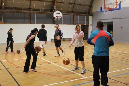 Les badistes jouent au basket le 17-02-2016