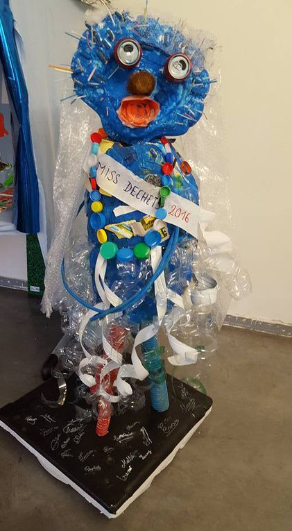 Nous sommes intervenus avec les CM1 lors de leur programme classe de mer (réalisé par le Parc Marin de la Côte Bleue) pour une sortie nettoyage de plage et réalisation d'œuvres d'art à partir des déchets, merci à Marion Neff leur maîtresse très investie et Mr Ledoux le directeur de Jules Ferry, et aux enfants pour ces magnifiques œuvres !