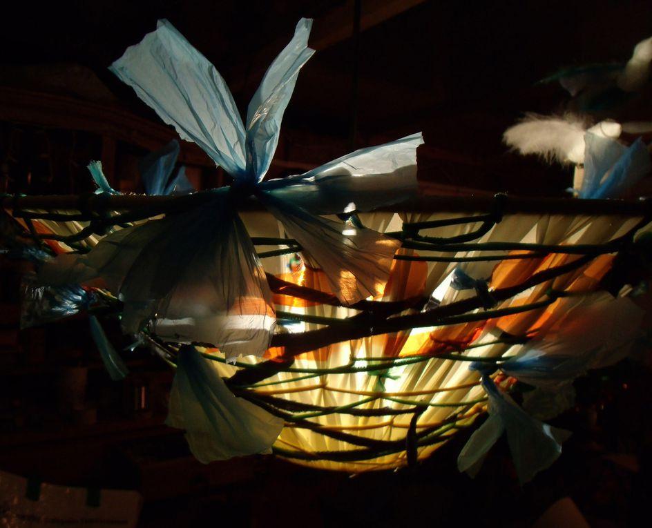 Sacs plastiques, tissu, ficelles, feuilles de plastique, laine.
