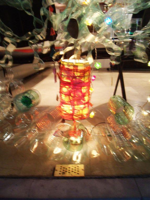 Installation faite à partir de bouteilles plastiques, de bouts de miroirs et de plastiques de couleur.
