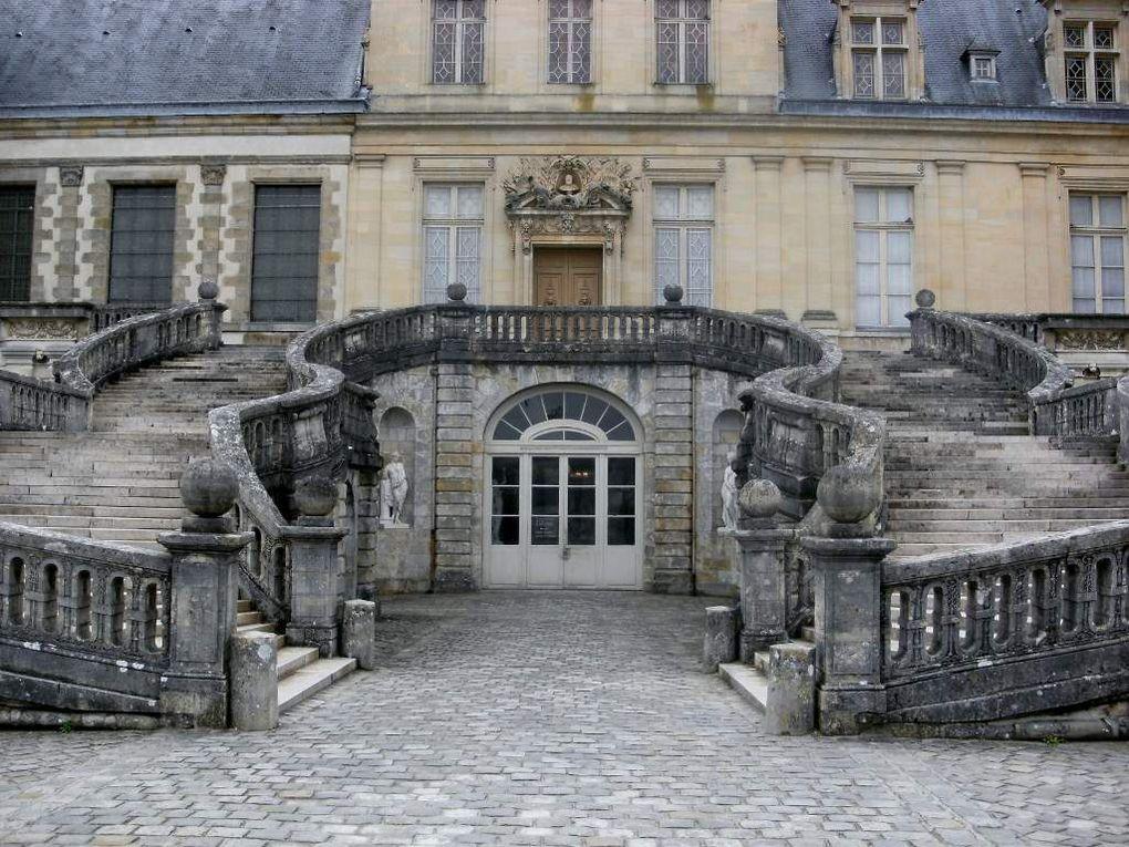 2012-04-28 Fontainebleau est un lieu renommé pour son château royal dans lequel les souverains se sont succédés : d'origine médiévale, il a été depuis par François Ier, puis Henri II et l'on peut y admirer de très beaux décors Renaissance.