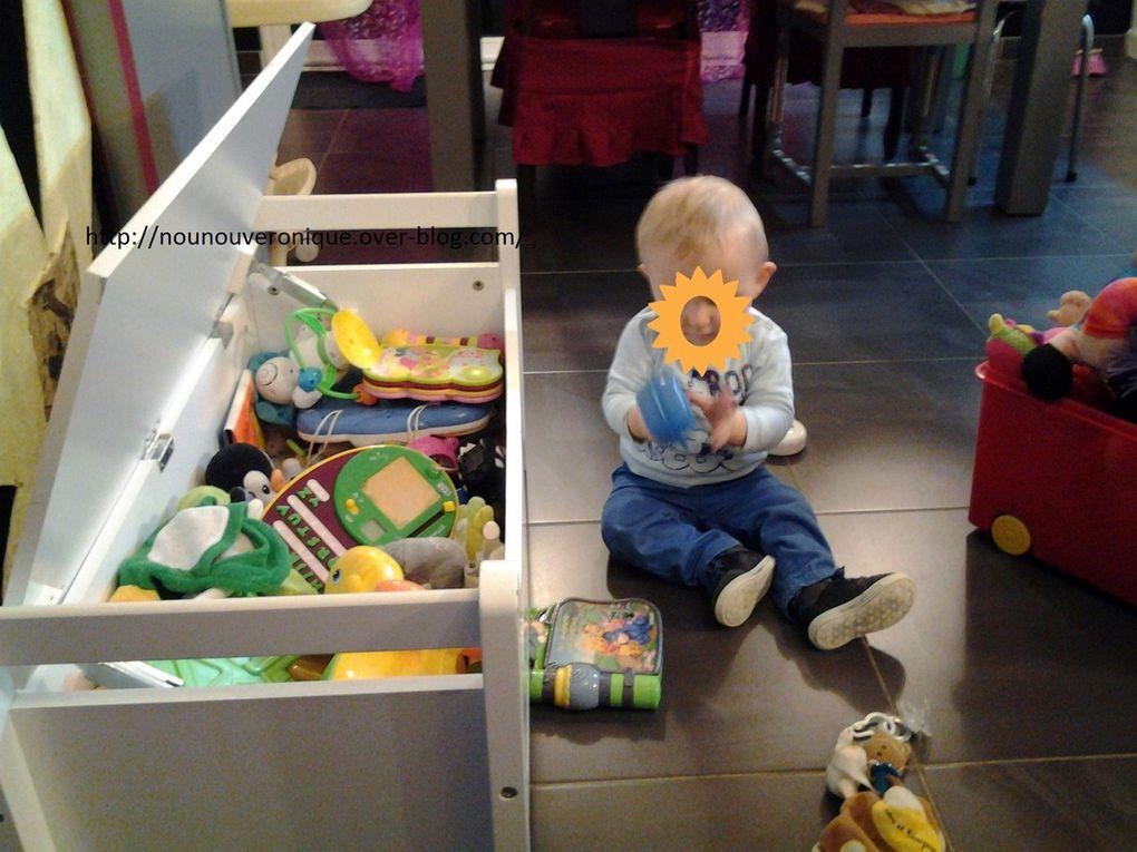 Pendant que Brice dévalise le coffre à jouets (une vrai caverne d'Ali Baba pour lui), Aude préfère rester debout et s'exercer à marcher....
