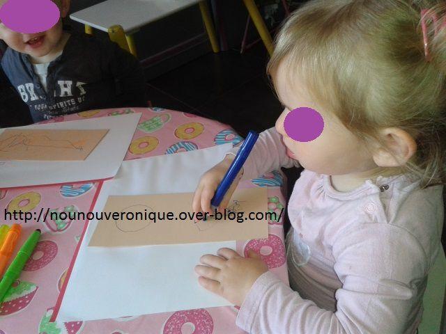 Pour le marque-page, faire l'empreinte de la main avec le poignet. Puis laisser l'enfant décorer le marque-page. Faire une encoche dans le poignet à l'aide d'un cutter. Pour faire la pancarte de porte. Dessiner un rectangle puis un cercle dans le haut. Laisser l'enfant décorer. Puis découper le cercle. Papy pourra accrocher à la poignet de sa porte.