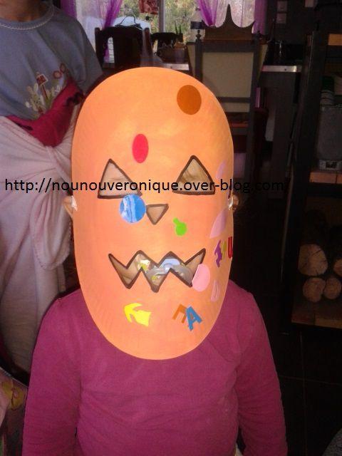 Dessiner les traits qui font le visage de la citrouille, couper les aux cutters. Peindre en orange l'assiette puis laisser sécher. Faire les contours des trous au feutre noir puis laisser l'enfant décorer avec des gomettes. Faire 2 trous de chaque côtés puis mettre un élastique pour faire tenir le masque.